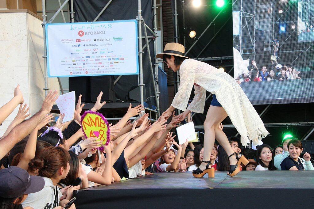 沖縄国際映画祭に登場した山本彩の着衣巨乳