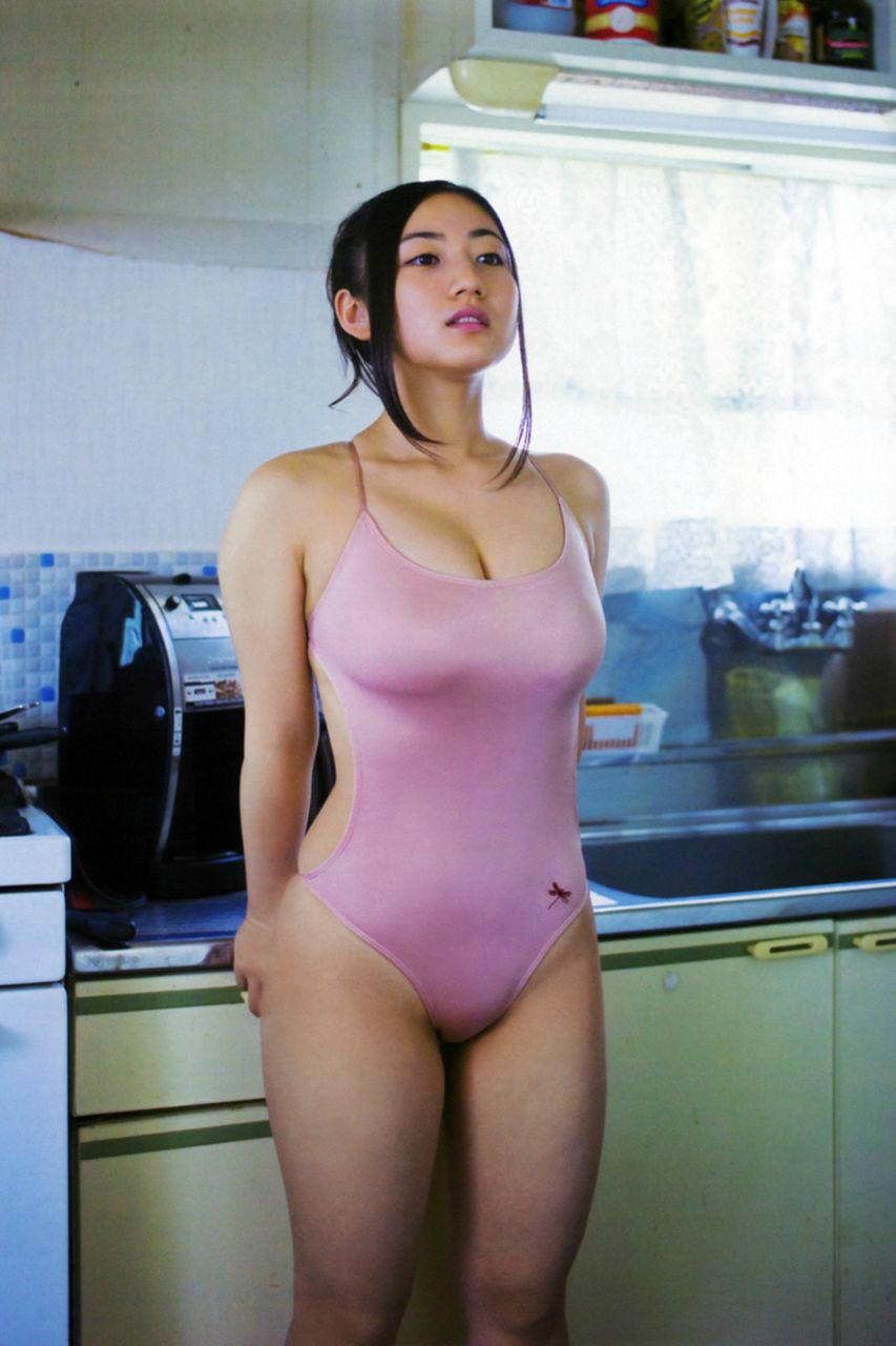 紗綾の競泳水着グラビア
