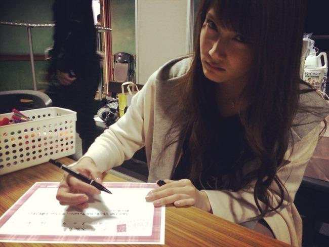 ノコギリ事件で負傷して後遺症の残る右手で文字を書いてる入山杏奈