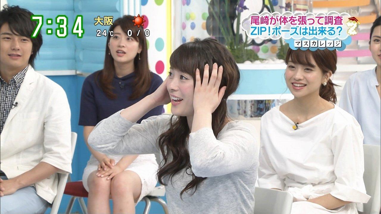 日テレ「ZIP!」、ミニスカートを手で押さえてパンチラをガードしている郡司恭子アナ