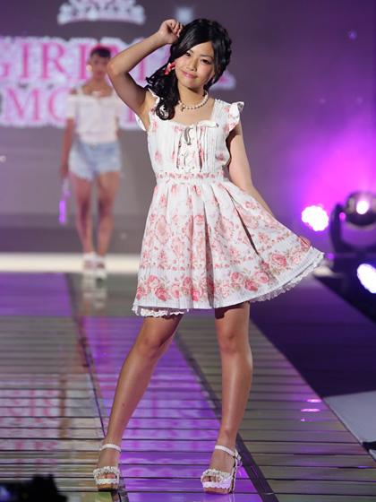 ファッションショーでランウェイを歩く小学生モデル