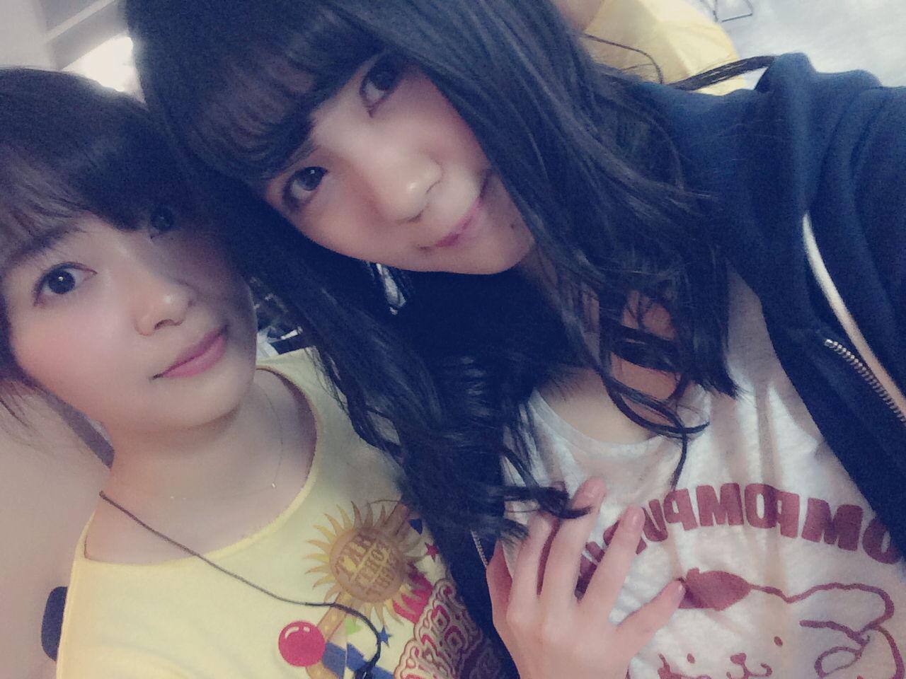 田中優香のおっぱいを触る指原莉乃