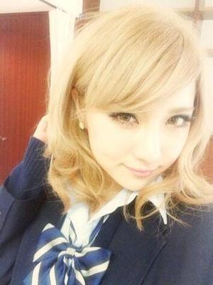 金髪で制服を着た石川恋