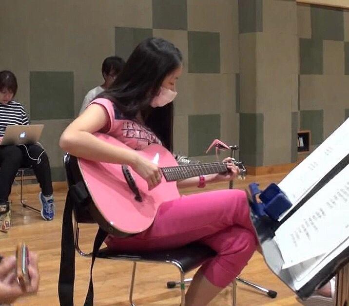 ギターの上におっぱいを乗せる佐々木彩夏