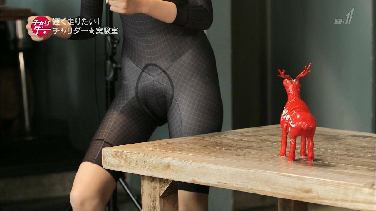 「チャリダー」で自転車用全身スーツを着た朝比奈彩のマンスジ