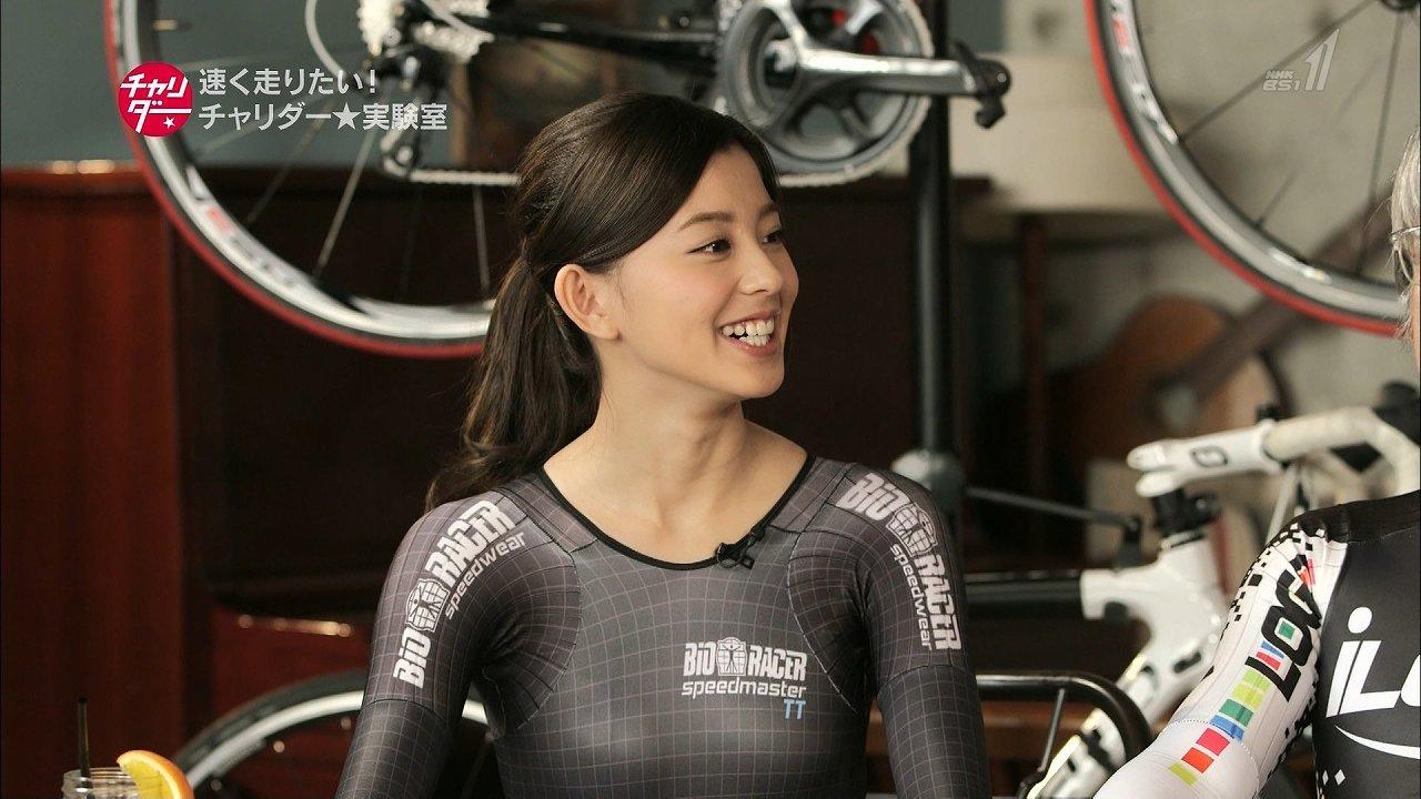 「チャリダー」で自転車用全身スーツを着た朝比奈彩