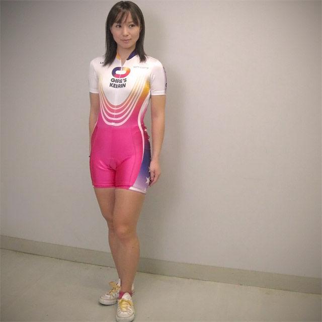 全身スーツを着た競輪選手の田中麻衣美