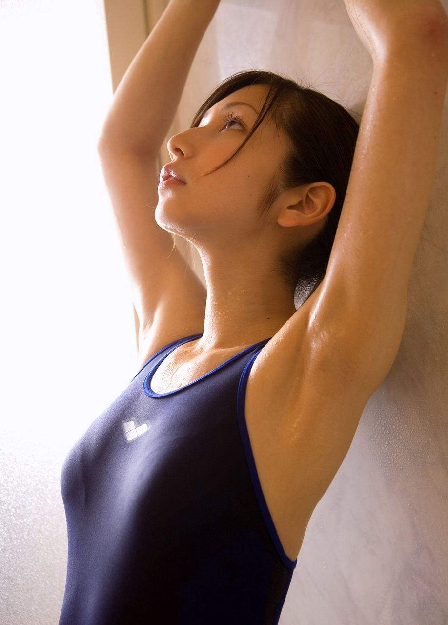 競泳水着を着て腋を見せてる女の子