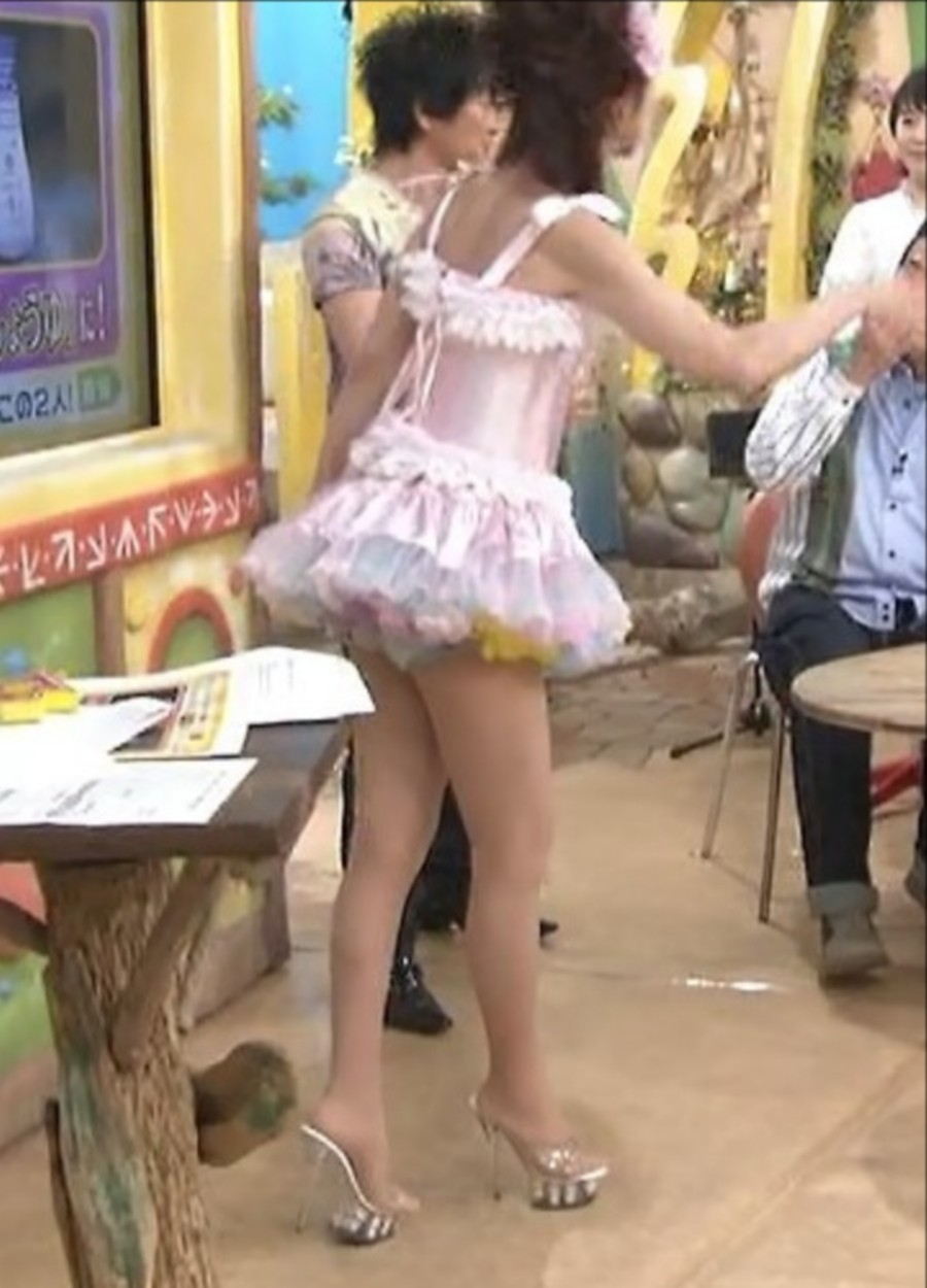 超ミニスカート衣装でテレビ出演してパンチラするかつみ・さゆりのさゆり