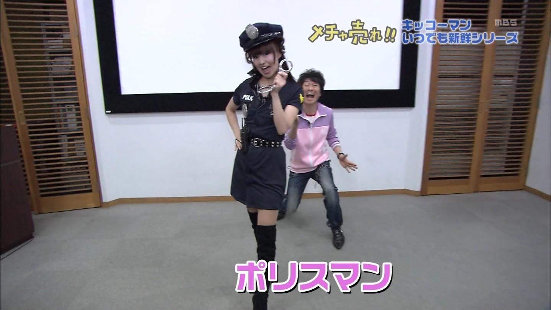 番組でミニスカ婦警コスプレをしたかつみ・さゆりのさゆり