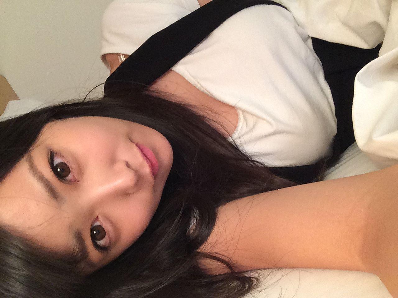 白間美瑠の着衣巨乳自撮り