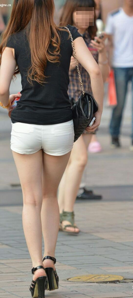 ショートパンツを履いた女の後ろ姿