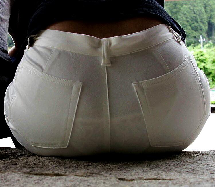 白いズボンを履いてパンツが透けまくってる女のお尻