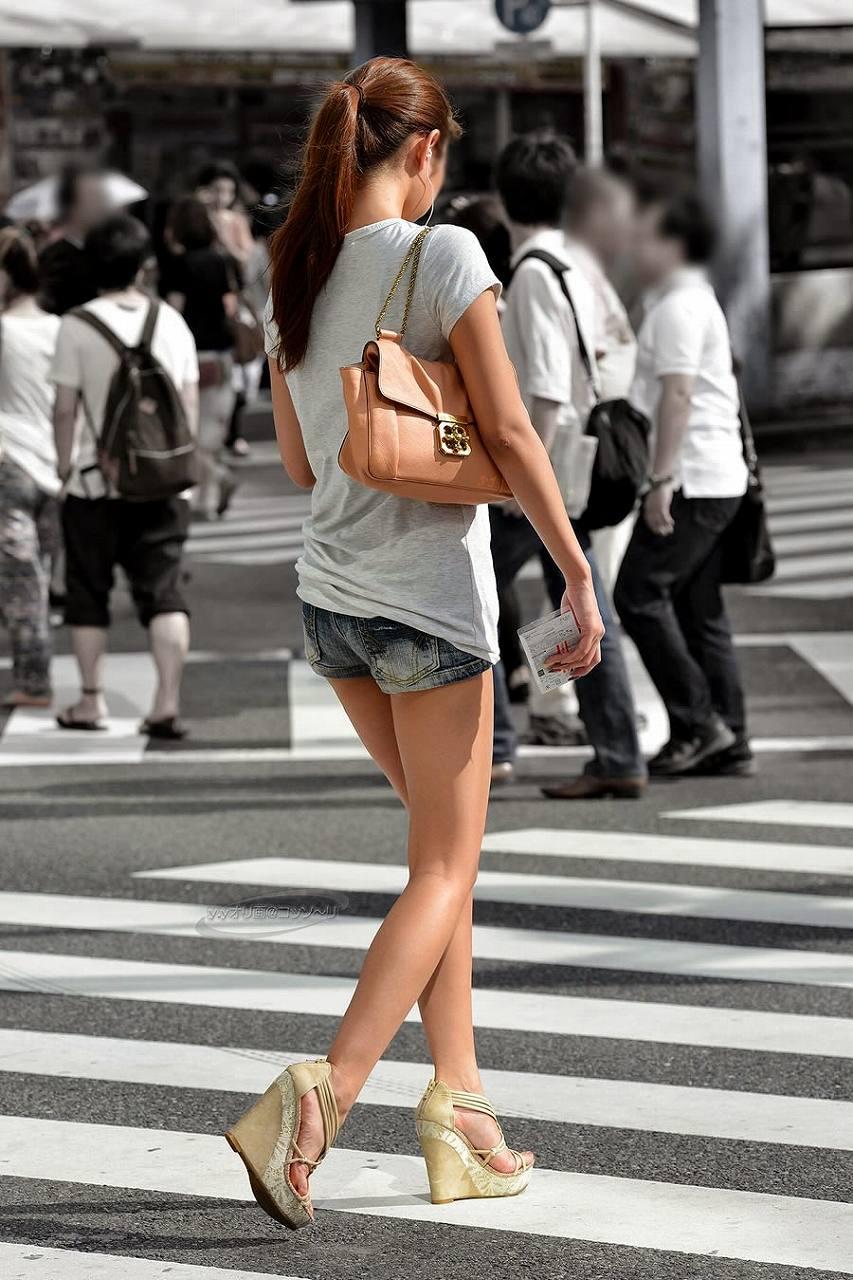 ホットパンツを履いた女の後ろ姿