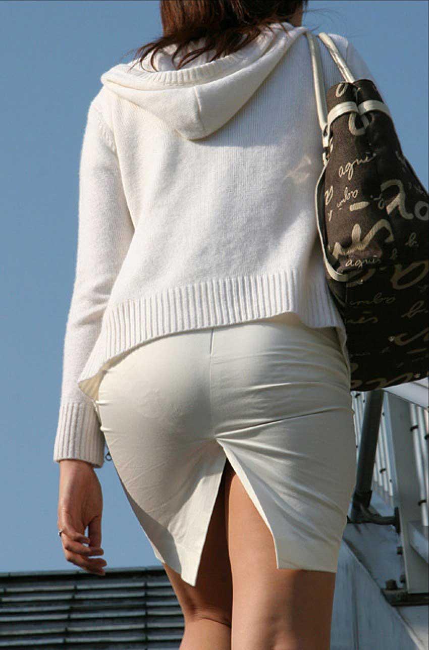 スリットの入ったタイトスカートを履いた女の後ろ姿