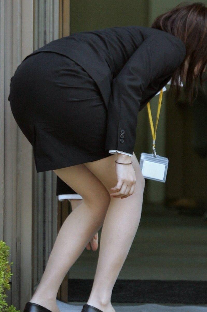 タイトスカートのスーツを着て屈んだ女のお尻