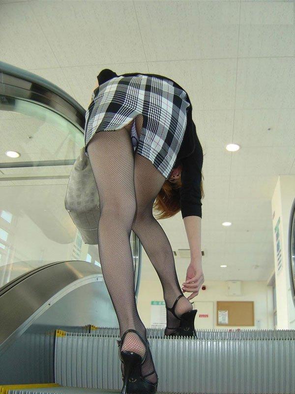 屈んでパンチラしてるタイトスカートに黒ストッキングのお姉さん