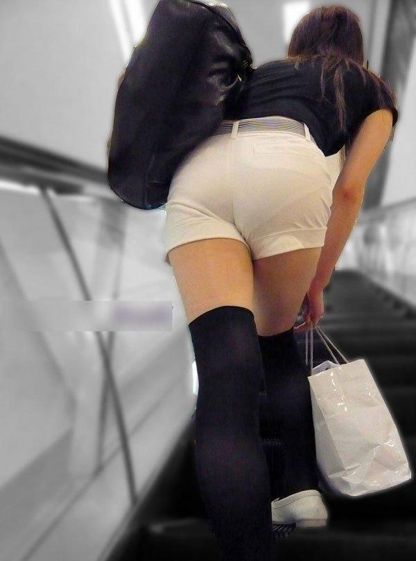 パンツ透け透けの白いショートパンツを履いた女の子