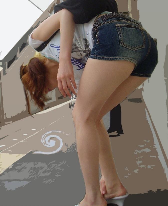 デニムのショートパンツを履いた女