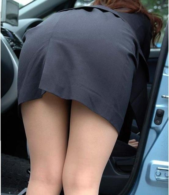 タイトスカートのスーツでお尻を突き出してる女