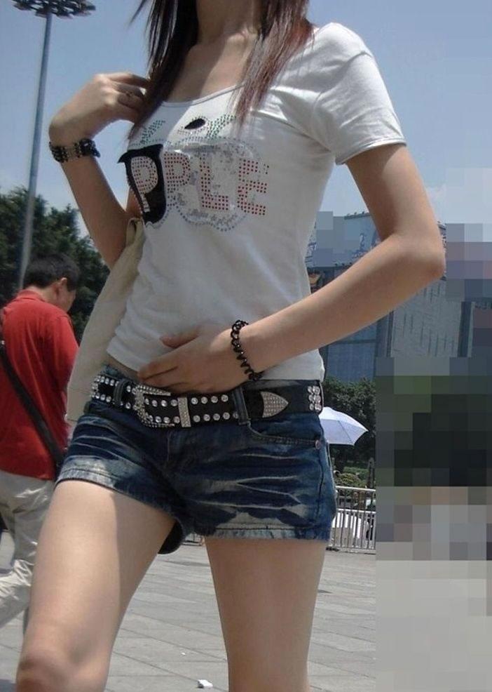 ショートパンツを履いた女の子の太もも