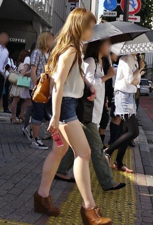 ショートパンツを履いた女の子