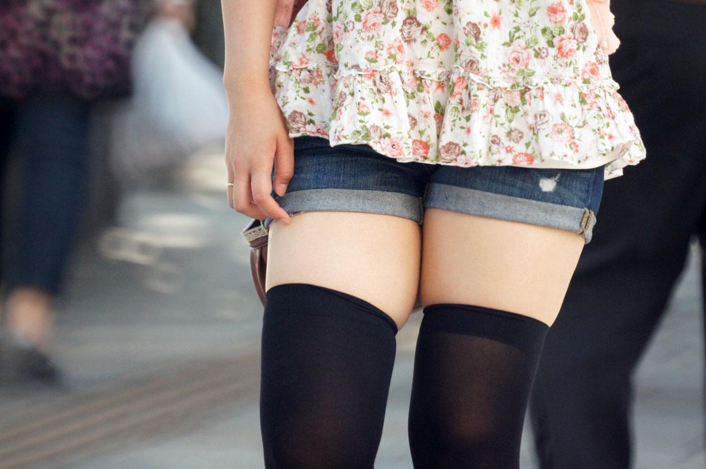 ショートパンツを履いたムチムチ太ももの女