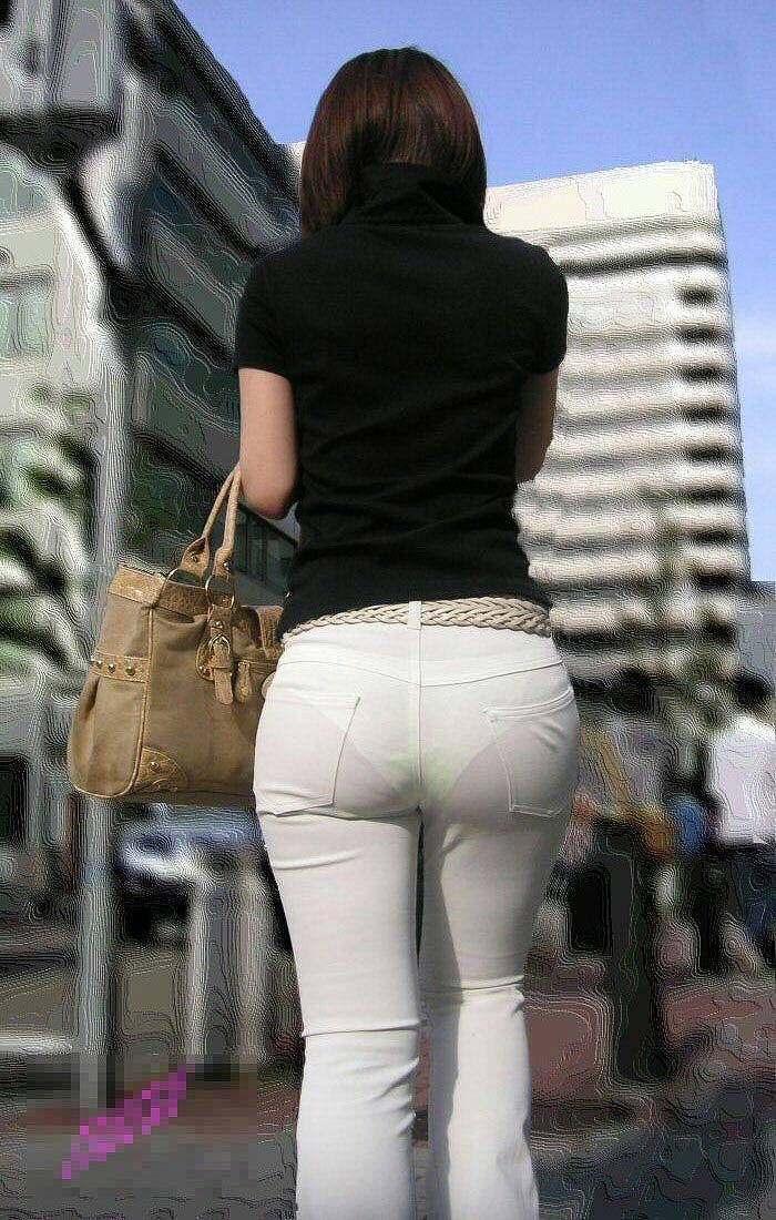 白いスキニーパンツを履いた女の透けパン