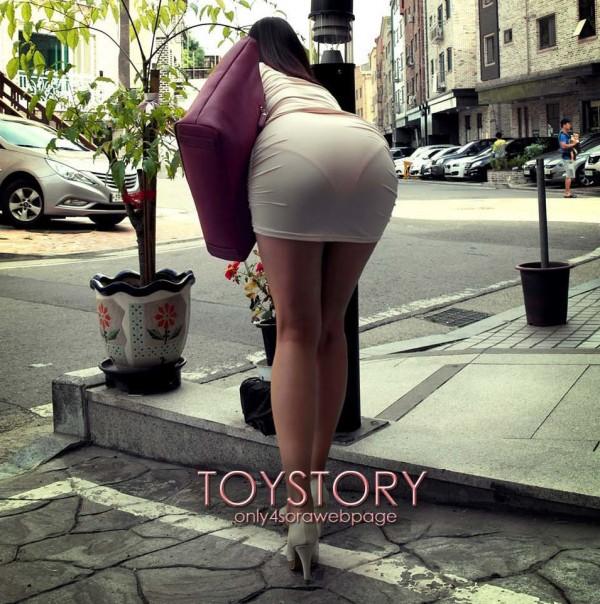 白いタイトスカートでケツを突き出してパンツが透けまくってる女の人