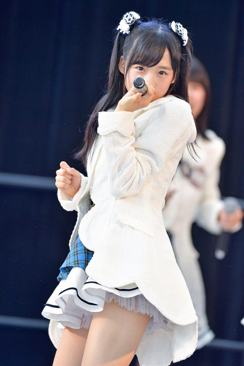ミニスカート衣装で歌うAKB48・小栗有以の太もも