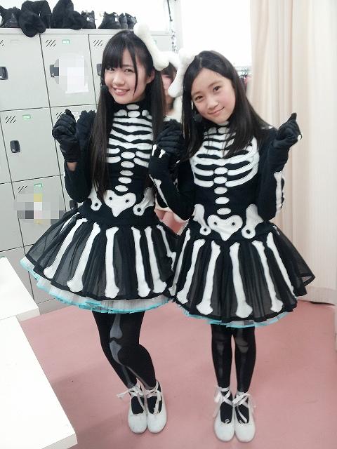 ほねほねワルツの衣装を着た田中優香と坂本愛玲菜のツーショット