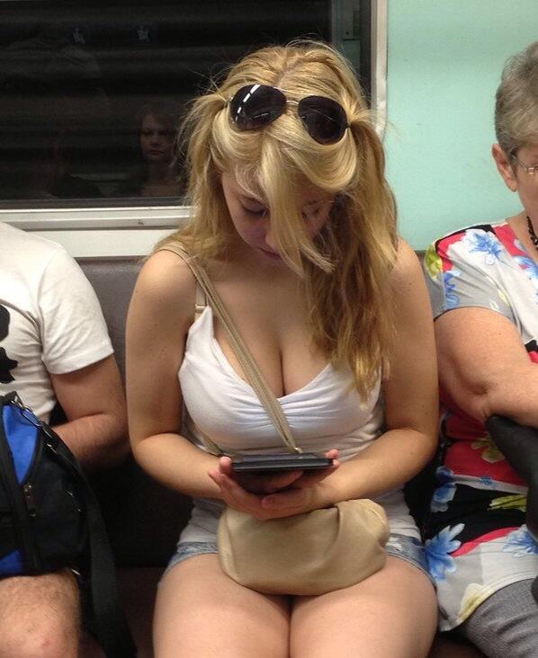 おっぱい谷間が見えまくる服を着て電車に乗ってるロシアの爆乳女子