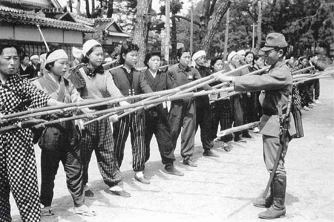 武槍でB29を落とす練習をする女性たち(ヤリサーの姫)