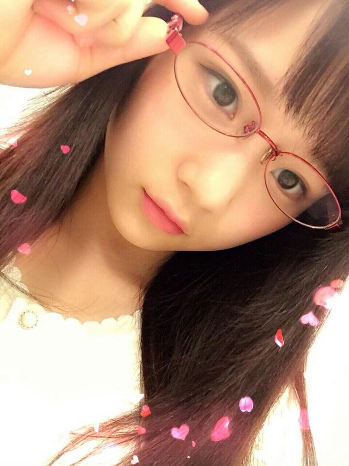眼鏡をかけたカントリー・ガールズ稲場愛香の自撮り画像
