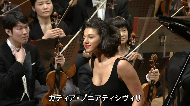 NHKのクラシックコンサートに爆乳の谷間が見えるドレスで出演したピアニスト、カティア・ブニアティシヴィリ