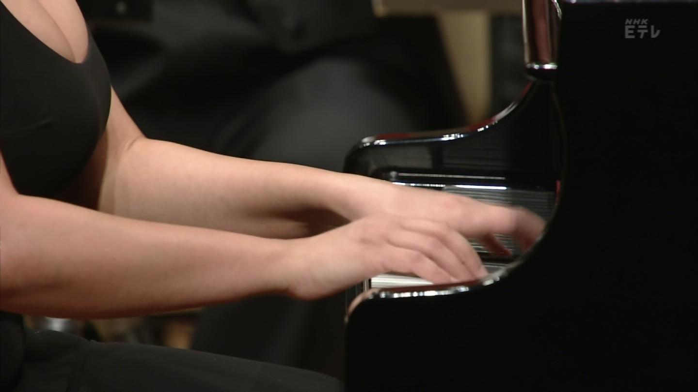 NHKのクラシックコンサートに爆乳が強調されるエロドレスで出演したピアニスト、カティア・ブニアティシヴィリ