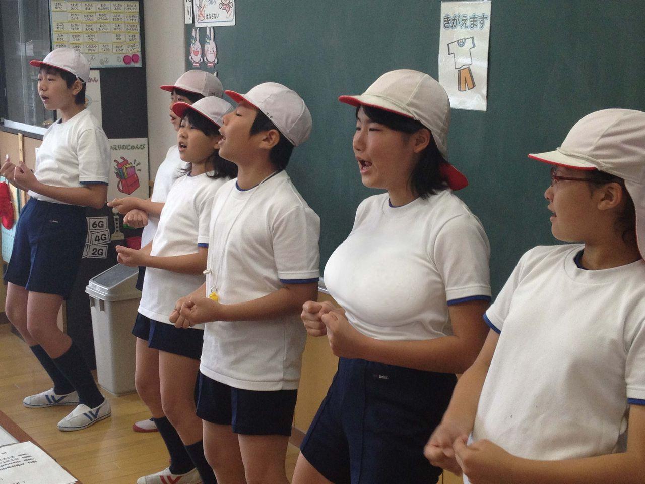 体操着を着た爆乳の女子小学生(JS)