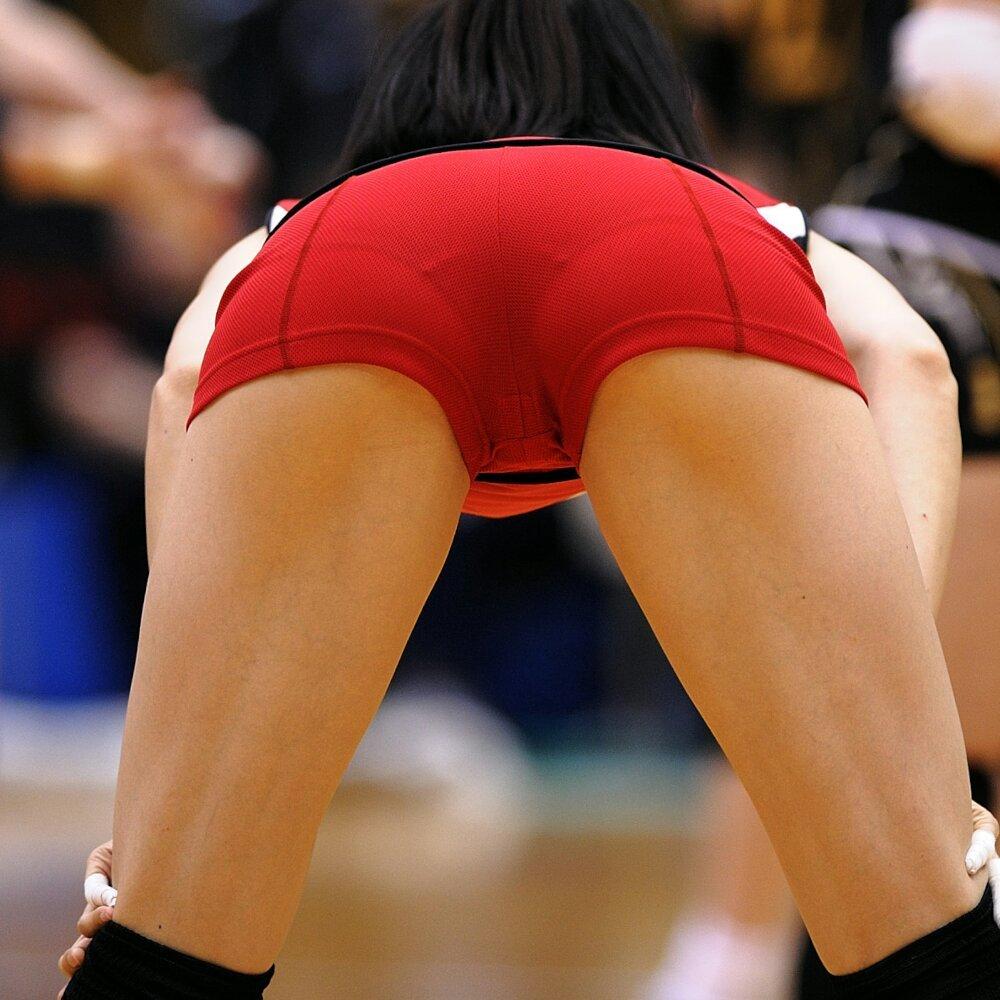 ピチピチなショートパンツユニフォームでお尻を突き出した女子バレー選手