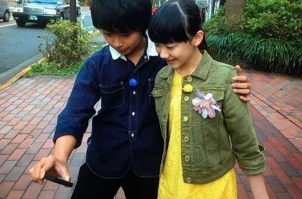 写メを撮るために芦田愛菜の肩を抱く加藤清史郎