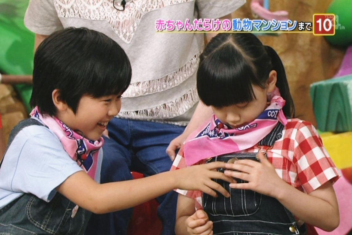 芦田愛菜のおっぱいに手を置く鈴木福