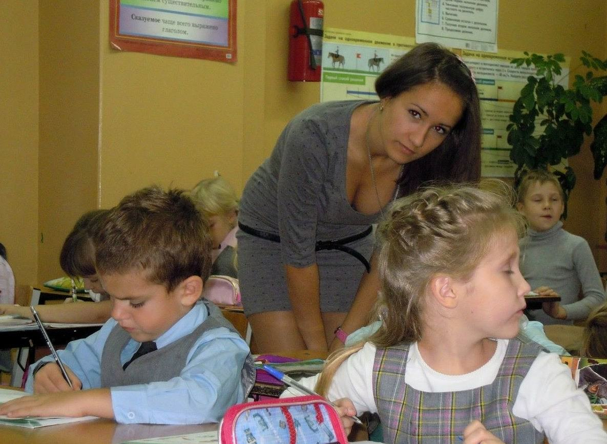 おっぱい谷間が見えるミニスカワンピースを着たロシアの女教師