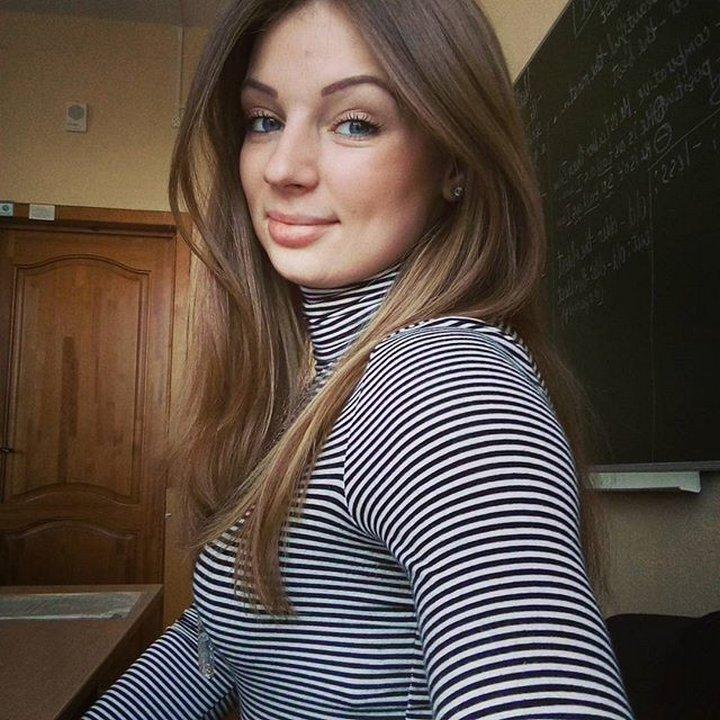 エロいロシアの女教師の着衣横乳