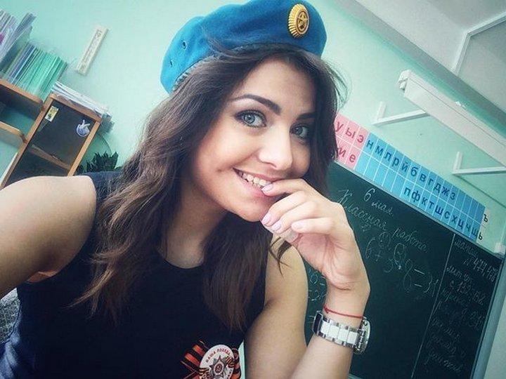 タンクトップを着たロシアのエロ女教師