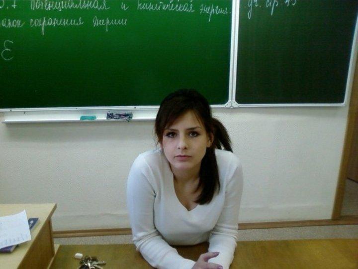 胸元ユルユルのノットを着たロシアのエロ女教師