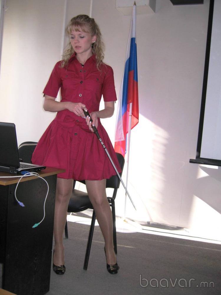 ミニスカートを履いたロシアの女教師