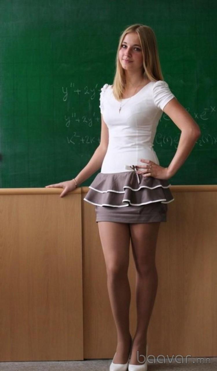超ミニスカートを履いたロシアの巨乳女教師