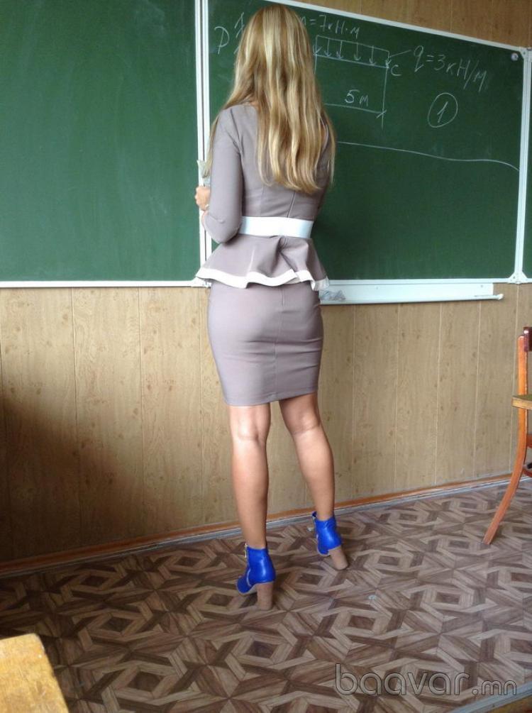 タイトスカートを履いたロシアの女教師