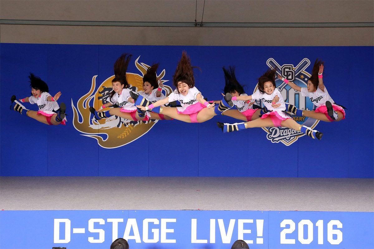 ジャンプして大開脚するチーム・ドラゴンズのチアガール