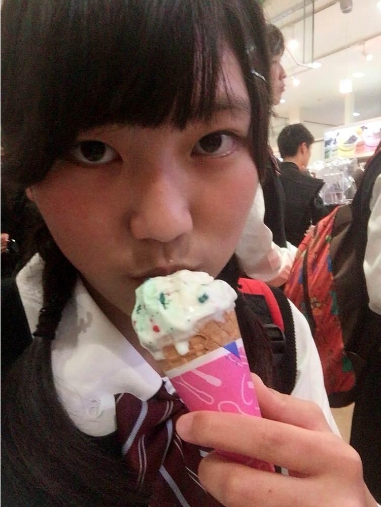 アイスクリームを食べてるJKの疑似フェラ