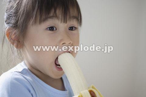 バナナを食べる女の子